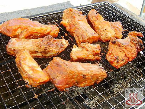 豚のスペアリブを焼いている写真