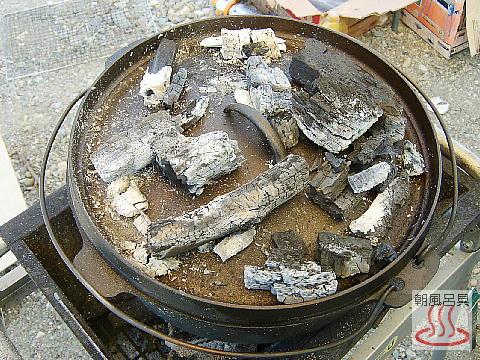 ダッチオーブンで焼いているところの写真
