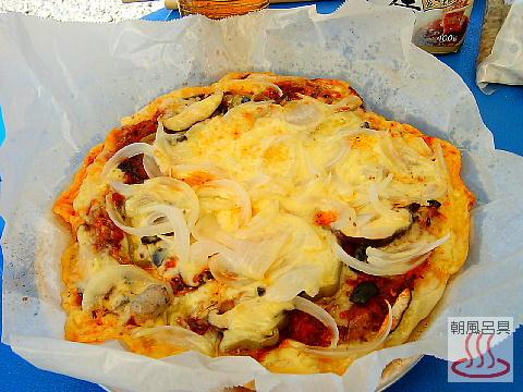 焼き上がったピザの写真